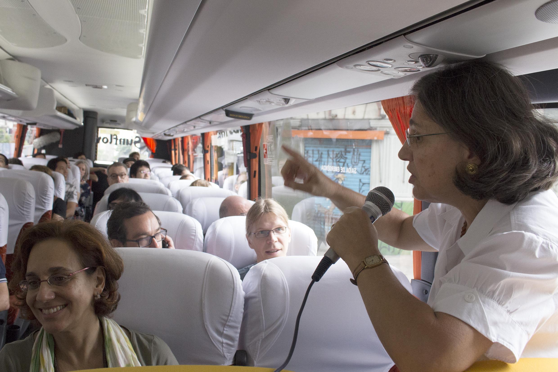 Ana Lydia Sawaya talking during the tour Peripheries <> centralities