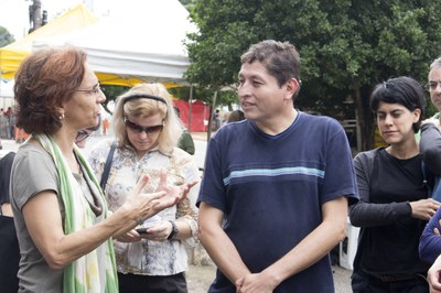 Sylvia Dantas talking with Rodrigo González (one of Kantuta square's market coordinators)